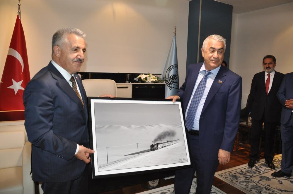 Tiflis'ten gelen ilk BTK Hattı treni Kars'ta coşkuyla karşılandı 10