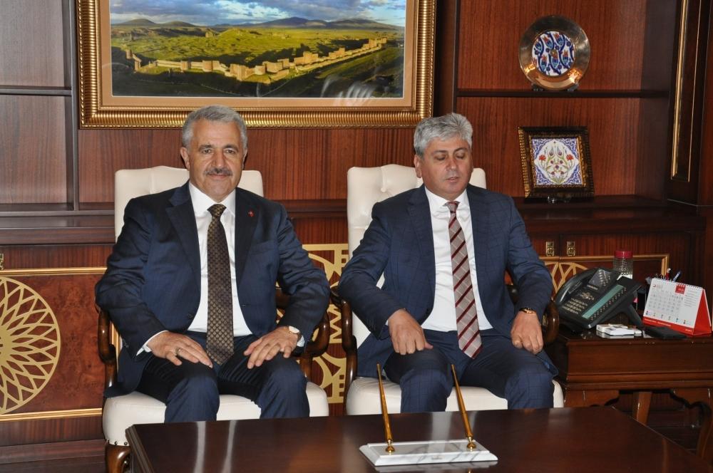 Tiflis'ten gelen ilk BTK Hattı treni Kars'ta coşkuyla karşılandı 12