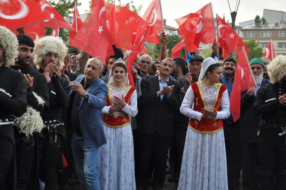 Tiflis'ten gelen ilk BTK Hattı treni Kars'ta coşkuyla karşılandı 2