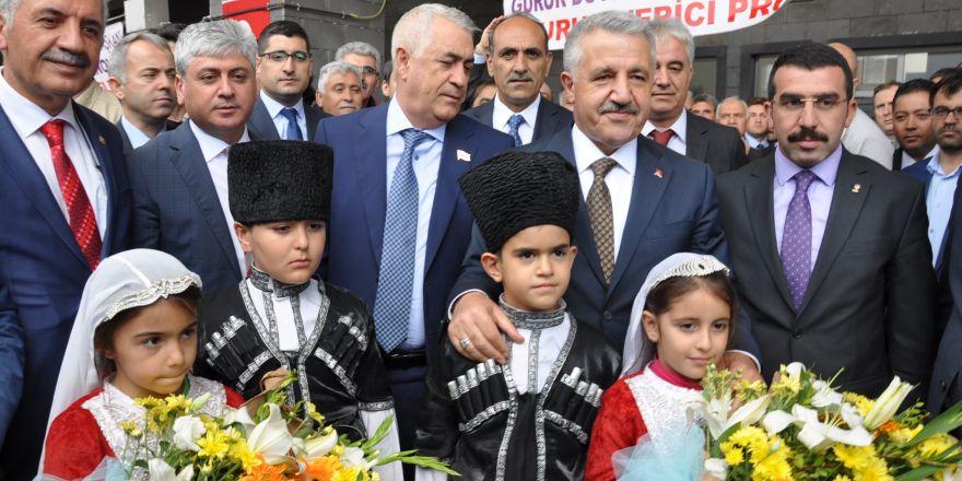 Tiflis'ten gelen ilk BTK Hattı treni Kars'ta coşkuyla karşılandı