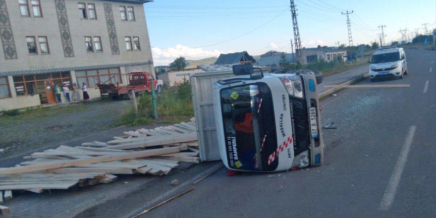Kars'ta kereste yüklü kamyonet devrildi: 1 yaralı