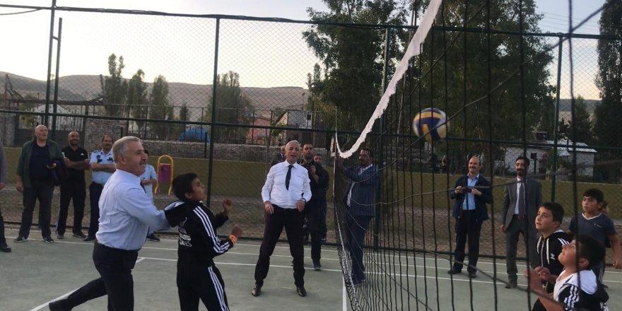Milletvekilleri Çocuklarla Voleybol Oynadı