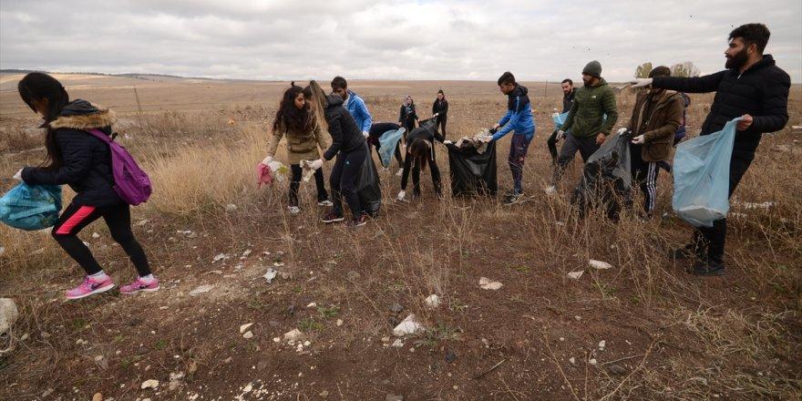 Şehitler diyarında KAÜ'lü öğrencilerden temizlik kampanyası