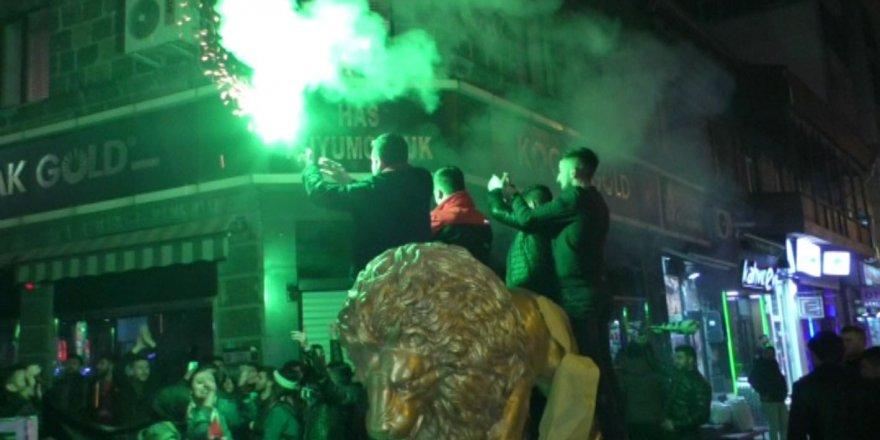 Kars'ta Beşiktaş Taraftarları Soğuk Havada Galibiyeti Kutladı