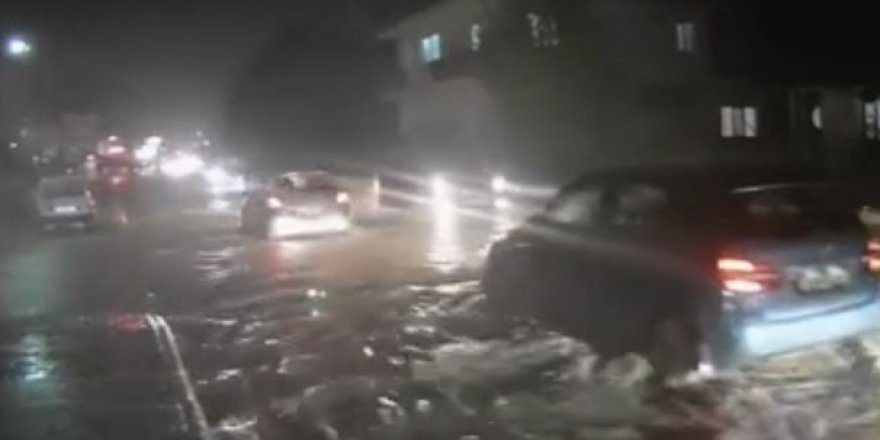 Kıbrıs'ta cadde ve sokakları su bastı