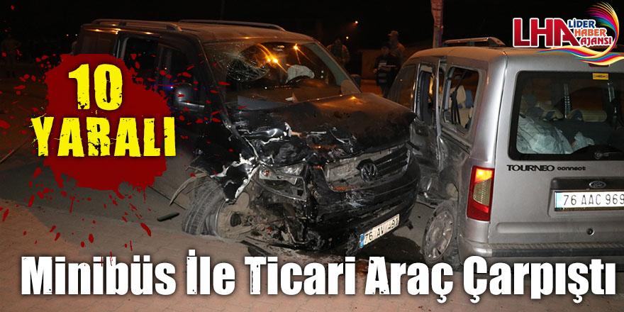 Minibüs İle Hafif Ticari Araç Çarpıştı: 10 Yaralı
