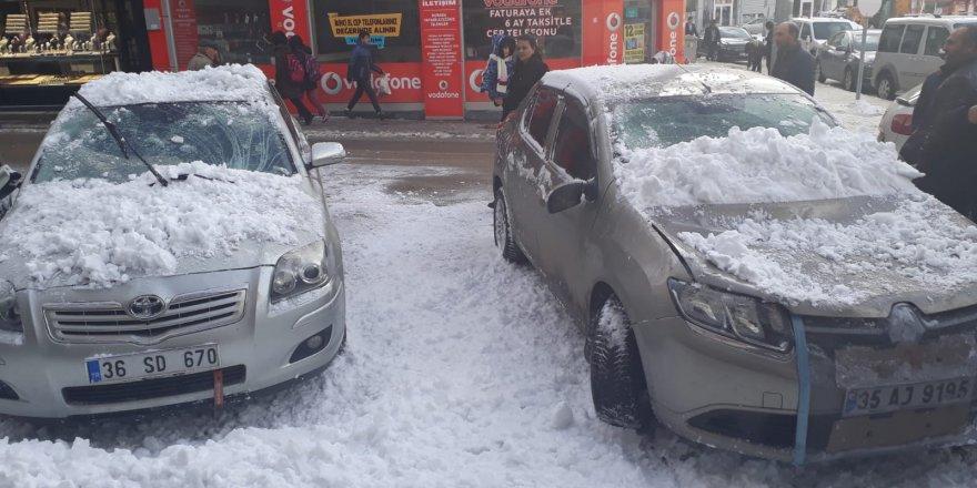 Çatıda Biriken Kar Kütlesi Araçların Üzerine Düştü