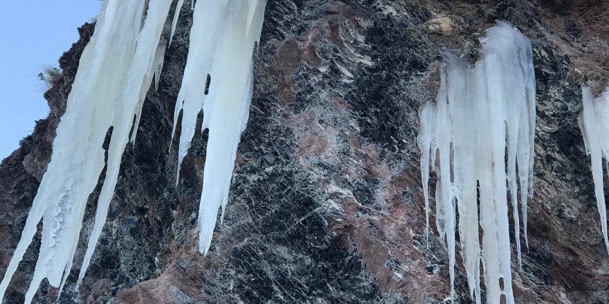 Sarıkamış'ta Obsidyen Taş Ocağında Buz Sarkıtları Oluştu