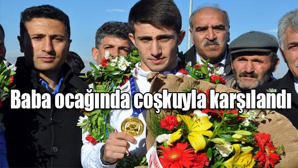 Dünya şampiyonu boksör baba ocağında coşkuyla karşılandı