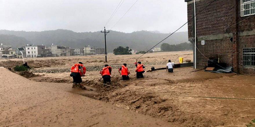 Sel, Çin'i yıkıp geçmeye devam ediyor: 49 ölü