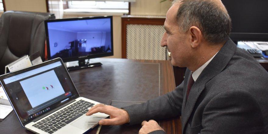 """Kafkas Üniversitesi Rektörü Kapu, AA'nın """"Yılın Fotoğrafları"""" oylamasına katıldı"""