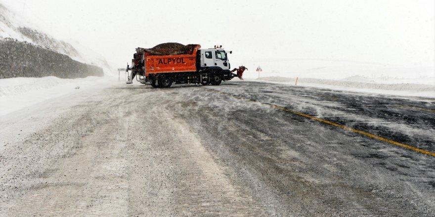 Ardahan'da kar ve tipi etkili oluyor
