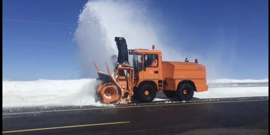 Karayolları Kars-Digor-Iğdır yolunda kar temizlemesi yapıyor