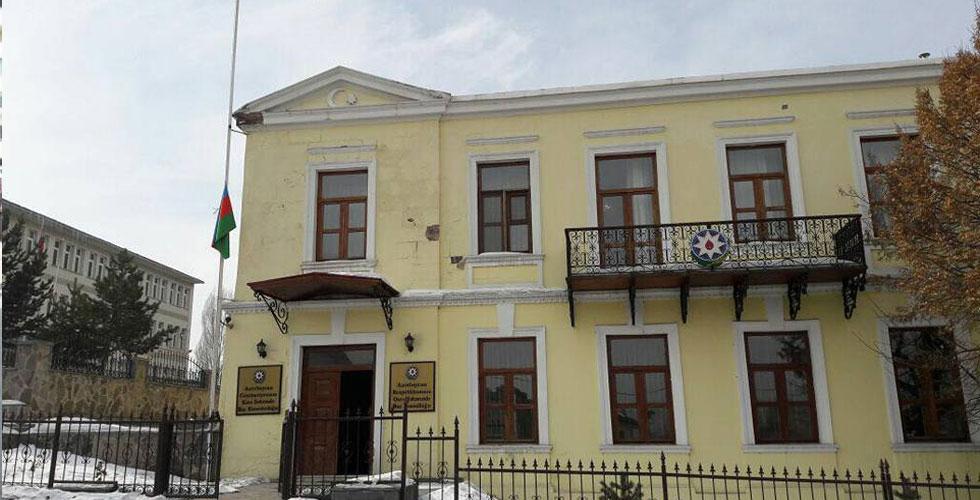 Azerbaycan Kars Başkonsolosluğu Bayraklarını Yarıya İndirdi