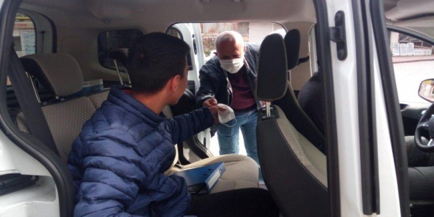 Yurduna geri dönemeyen çocuğun yardımına polis yetişti