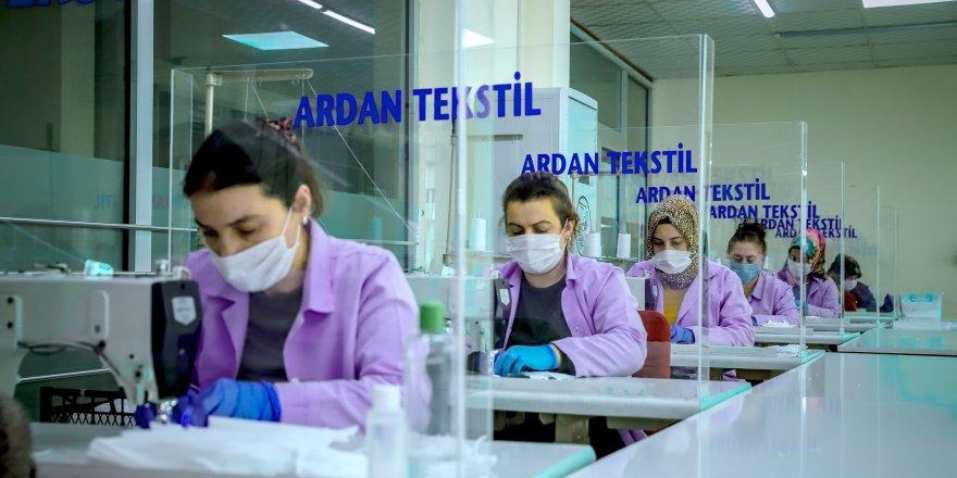 Ardahan'da günde 15 bin maske üretiyorlar