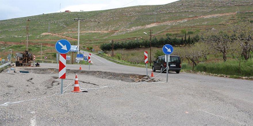 Aşırı yağışlar nedeni ile asfalt yol çöktü