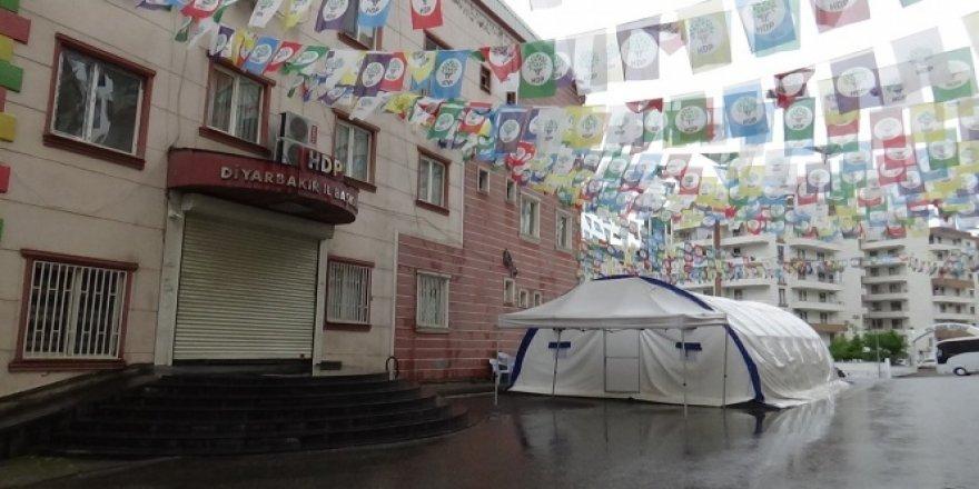 HDP önündeki aileler kısıtlama nedeni ile eylemlerine 3 gün ara verdi