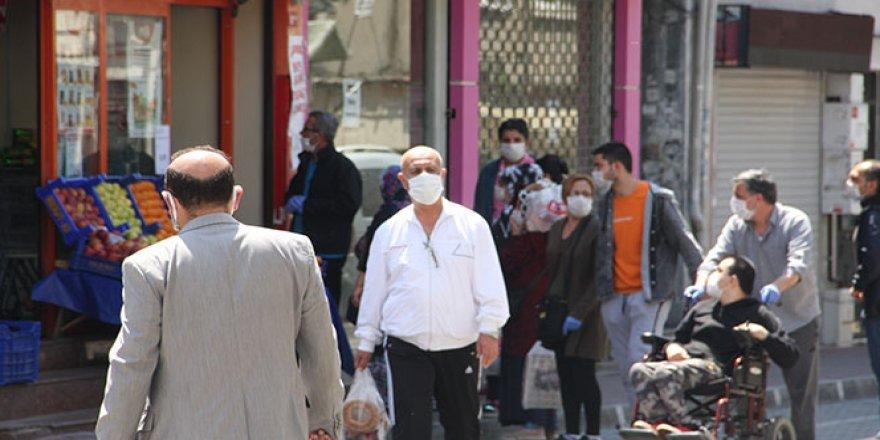 Sokağa çıkma kısıtlamasında vatandaşlar marketlere akın etti