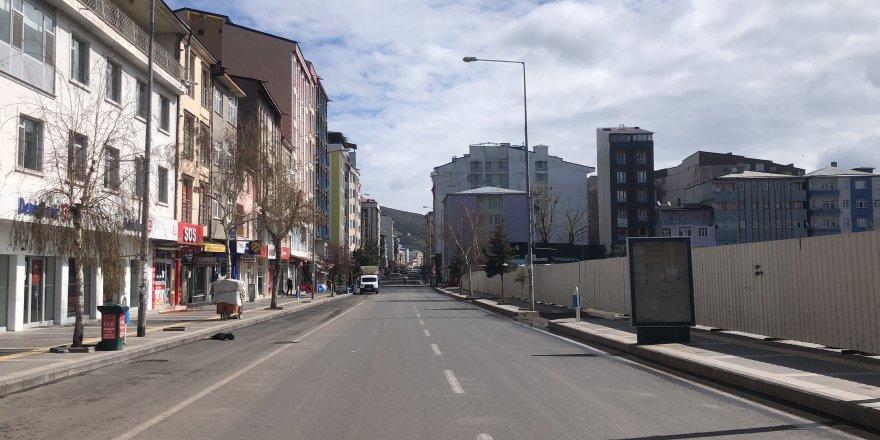 Kars'ta cadde ve sokaklar boş kaldı