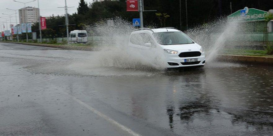 Yağmurda caddeler göle döndü