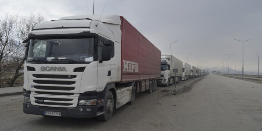 İran'dan Ağrı'ya girmek için bekleyen tırların ülkeye giriş sorunu çözüldü
