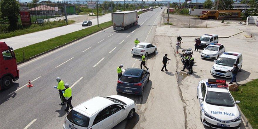 Polisler Trafik Haftası'nda sürücülere kolonya döktü, maske dağıttı