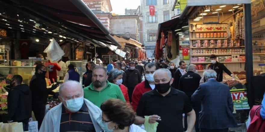 Sokağa çıkma kısıtlaması öncesi Eminönü Meydan'da insan yoğunluğu