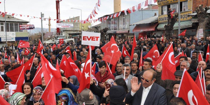 Bakan Arslan baba ocağında bayraklarla karşılandı