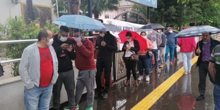 Antalya'da PTT önünde yağmur altında maaş kuyruğu