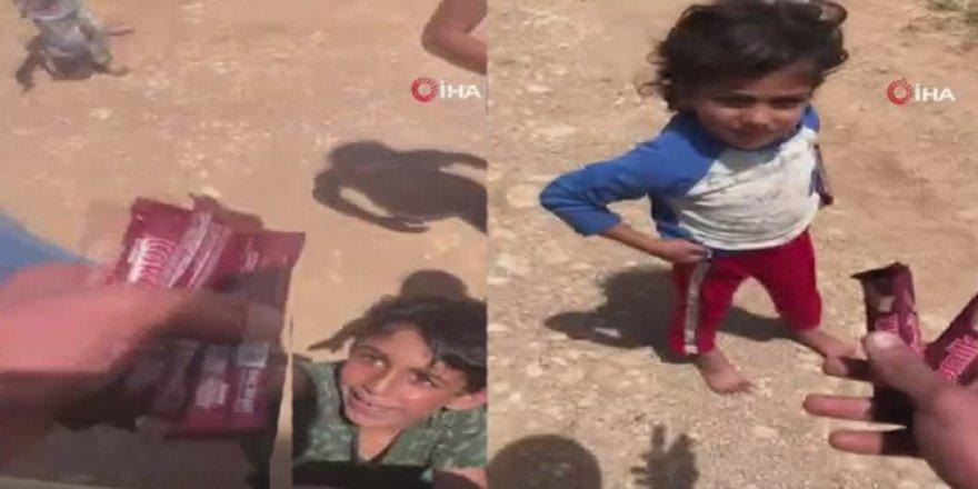 Türk askerinden Suriyeli çocuklara çikolata sürprizi