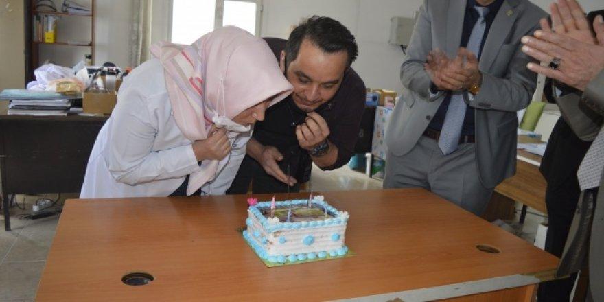 İki aydır yanına gidemediği oğlunun doğum gününü sağlık ocağında kutladı