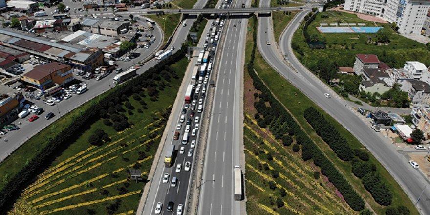 Tuzla'da İstanbul'a giriş - çıkışta uzun araç kuyruğu