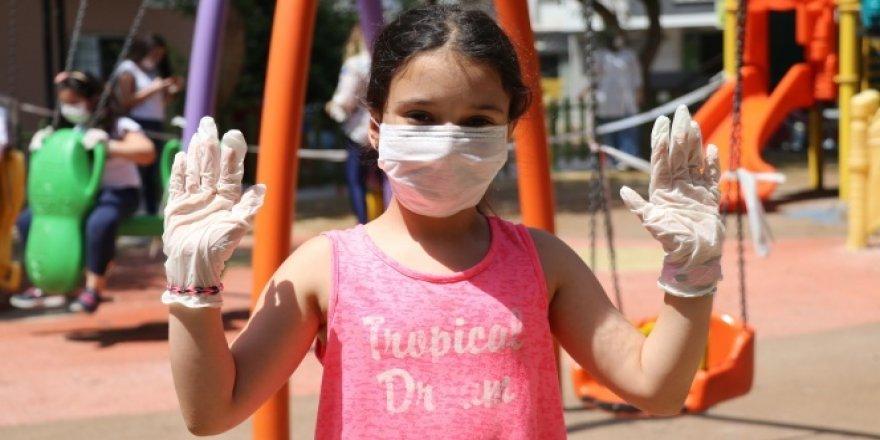 Çocuklar maskelerini takıp parklara koştu