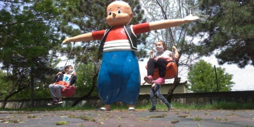 Kütahya'da çocuklar kısıtlama sonrası parklarda arkadaşlarıyla buluştu