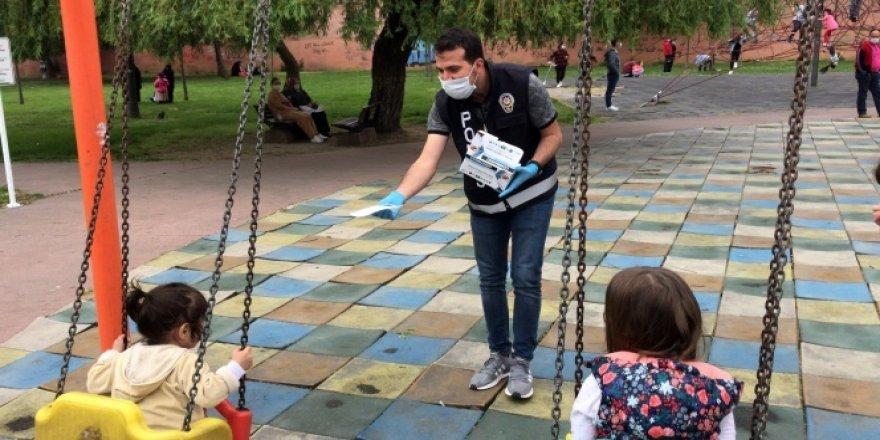 Polis parklardaki çocuklara maske takınca renkli görüntüler oluştu