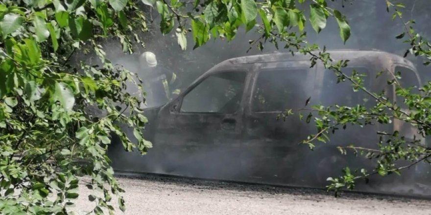 Spil Dağı'ndaki araç yangını korkuttu