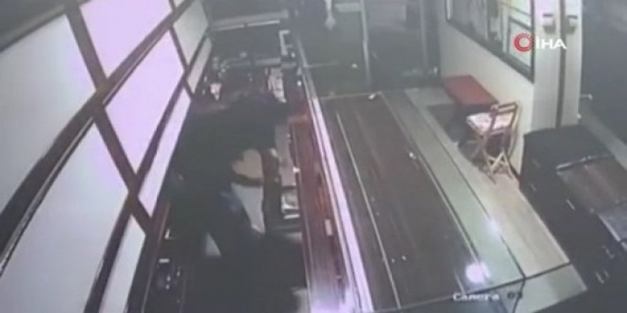 Fatih'te kuyumcu soygunu girişimi kamerada