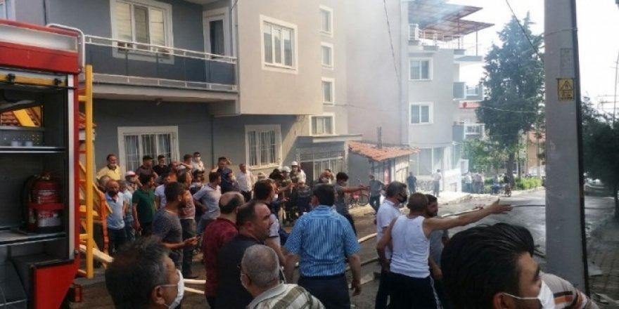 Fırının yanan çatısının sokağa yıkılma anı kamerada