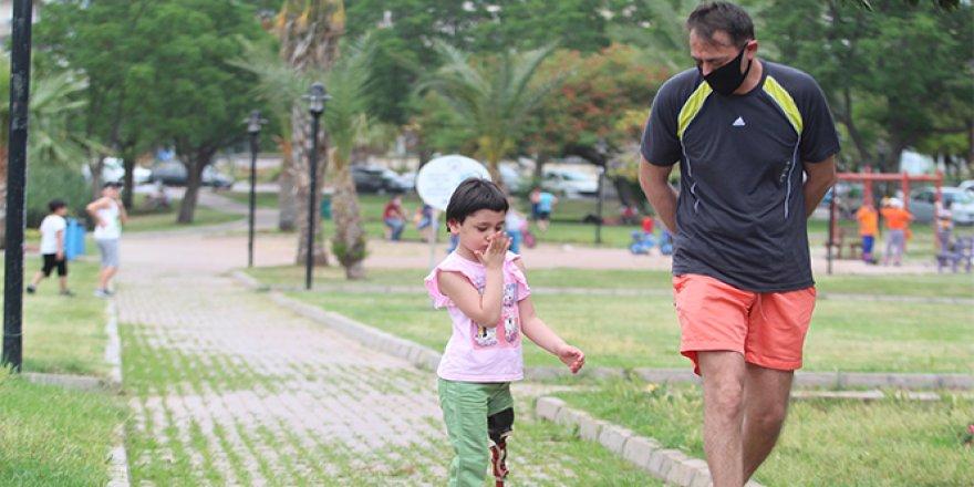Antalya'da sol bacağını kaybeden küçük Özge de ilk kez sokağa çıktı