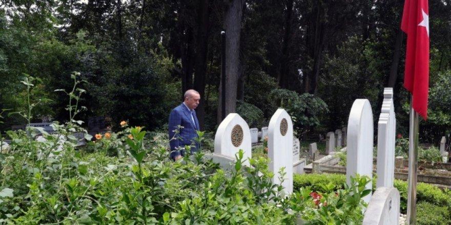 Cumhurbaşkanı Erdoğan aile kabristanını ziyaret etti