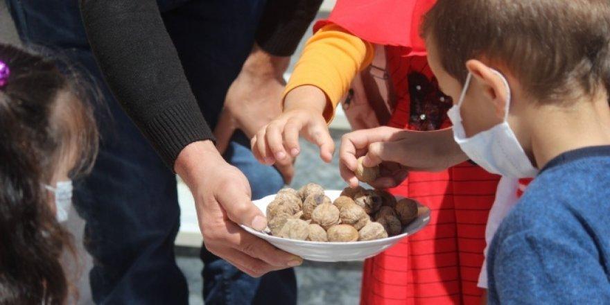 Bayramda şeker toplayan çocuklara ceviz ikramı