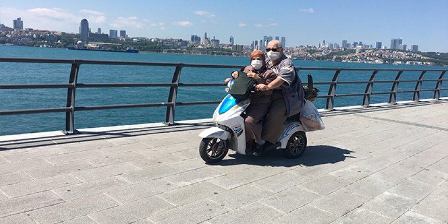 69 yaşındaki adam eşini yanına aldı, motosikletle gezdi