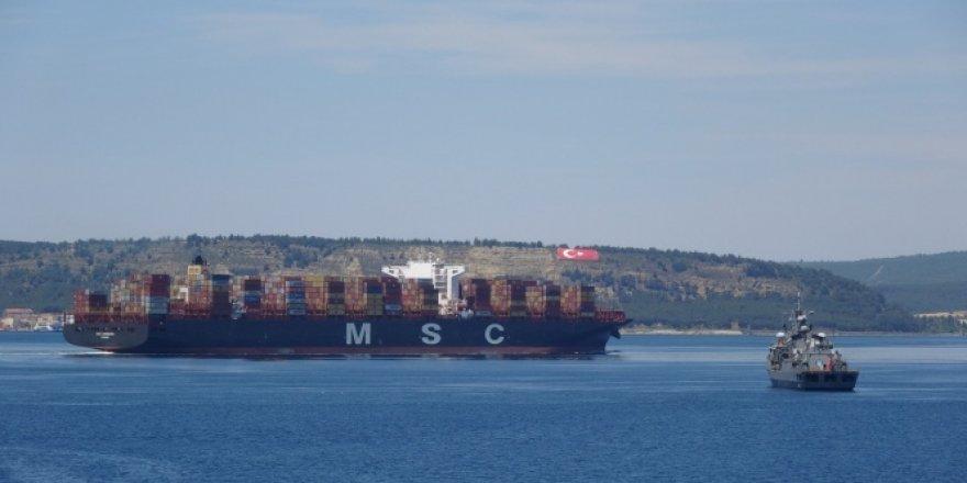 400 metrelik dev konteyner Çanakkale Boğazı'ndan geçti