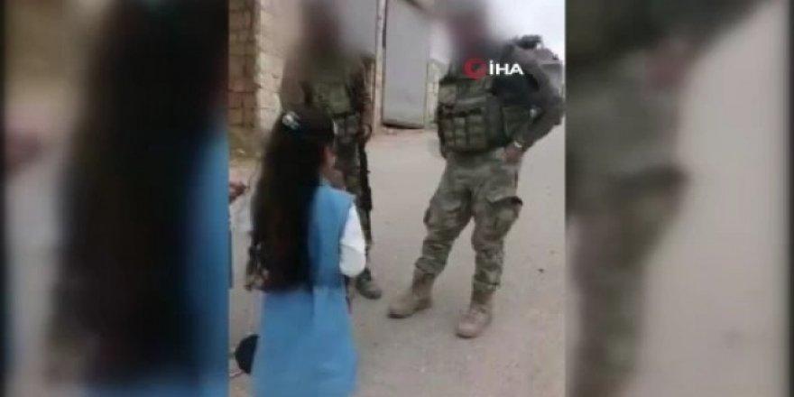 İdlib'de Türk askerleri çocuklara bayram harçlığı verdi