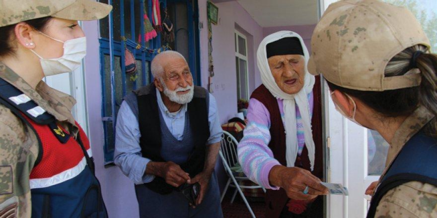 65 yıllık evli çiftin, Mehmetçikle 'Bayram Harçlığı' diyaloğu gülümsetti