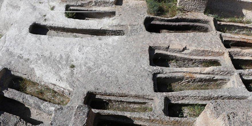 Kapadokya'da 2 bin yıllık mezar büyük ilgi çekiyor