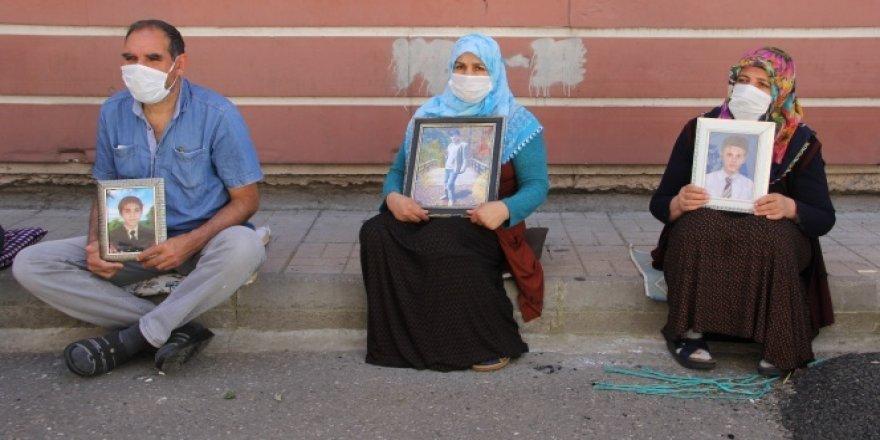 HDP önündeki ailelerin evlat nöbeti kısıtlamanın ardından devam ediyor