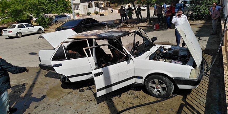 Park halindeki otomobil alev alev yandı!
