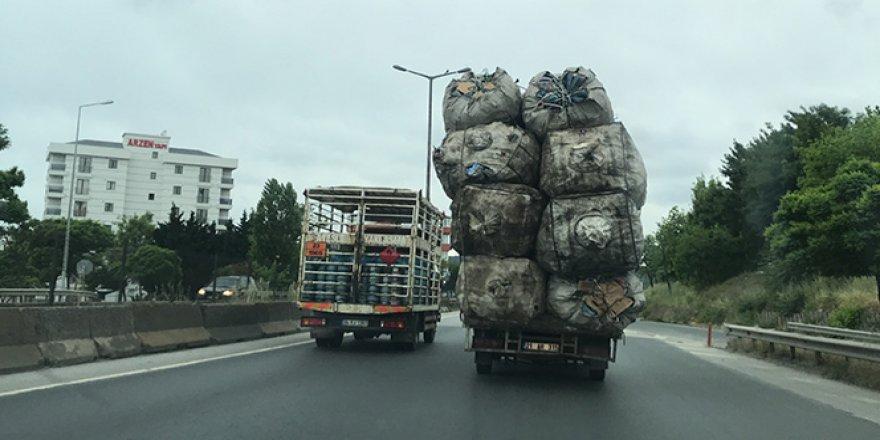 İstanbul'da yük sınırını aşan kamyonetin tehlikeli yolculuğu kamerada